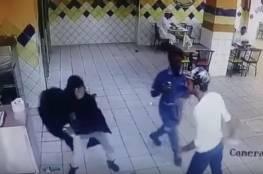 بالفيديو.. شابة سعودية تعتدي على شاب بطريقة عنيفة!