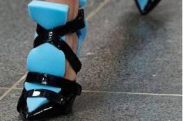 موضة غريبة لأحذية نسائية مصنوعة من الإسفنج