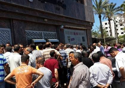 حماس : سياسة قطع الرواتب تكرس الانقسام وفصل الضفة عن غزة