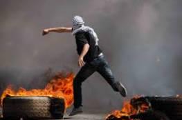 شبان يغلقون طرقا رئيسية في رام الله ومواجهات مع امن السلطة على طريق الجلزون