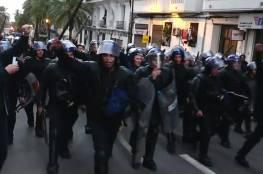 الشرطة الجزائرية تهتف مع الشعب ضد الاستبداد والديكتاتورية