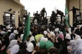عشرات الطلبة يعتصمون أمام بوابة معبر رفح البري في غزة
