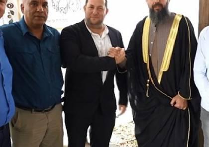 رجال أعمال شاركوا في مؤتمر البحرين يهنئون زعيم المستوطنين بالضفة ويتعهدون باسقاط السلطة