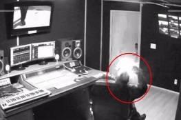 شاهد :المغني الأميركي المشهور لحظة انفجر به الجوال وأسقطه أرضاً