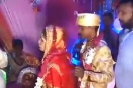 فيديو.. عروس تصفع رجلا حملها في حفل زفافها.. وهذا ما حصل لها!