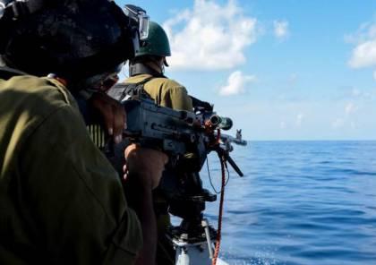 الزوارق الحربية تغرق قاربًا يُقلّ صيادين ببحر شمال غزة