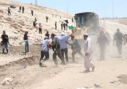 فيديو ..الاحتلال يعتدي على المعتصمين في الخان الاحمر ويعتقل 3 متضامنين أجانب