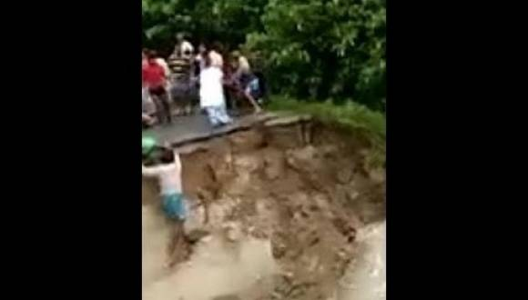صادم.. شاهد لحظة غرق أم وطفلها بانهيار جسر في الهند