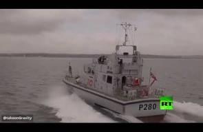 مخترع بريطاني يحول نفسه إلى طائرة نفاثة تحلق فوق البحر