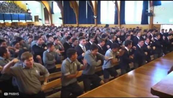 طلاب مدرسة يقدمون رقصة هاكا جد مؤثرة  لتوديع معلمهم