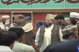 فيديو محرج: طالب يصفع بحذائِه رئيس وزراء باكستان السَّابِق