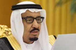 شاهد ..الفنان محمد عبده يقوم بسلوك غير متوقع أمام الملك سلمان