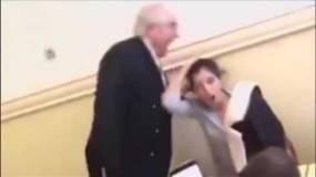 معلم يوقظ طالبة نامت أثناء الدرس بطريقة غريبة