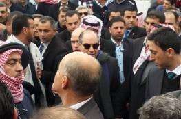 مواطن أصر على دخول قبر والدة رئيس الوزراء الأردني خلال دفنها فسقط فيه وتوفي !