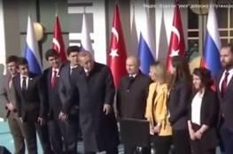 """فيديو: أردوغان """"يخطف"""" فتاة من بوتين ليلتقط صورة!"""