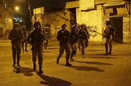 الاحتلال يعتقل ثلاثة مواطنين بالضّفة ويضبط أسلحة بالخليل