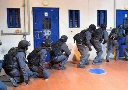 الاعلام العبري :أسرى فلسطينيون يطعنون اثنين من السجانين في معتقل النقب