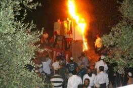 مستوطنون يحرقون العلم الفلسطيني بالخليل