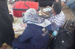صحفي يناشد الجهات المسؤولة بتوفير الطعام والماء للعالقين على معبر رفح  المصري