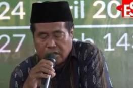 شاهد: وفاة أشهر قارئ للقرآن بإندونيسيا وهو يتلو في حفل رسمي على الهواء