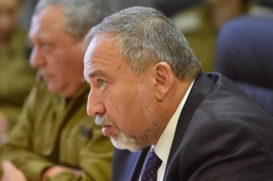 ليبرمان :الرئيس عباس لا زال حيا في الضفة بفضل التنسيق الامني مع اسرائيل