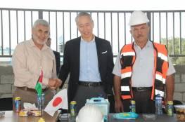 السفير الياباني يطلع على سير العمل في ملعب رفح البلدي