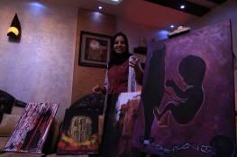 بالصور. لانا شاهين .. شابة فلسطينيّة تستعرض فنها بمبادرات ذاتية تروي معاناة شعبها المكلوم