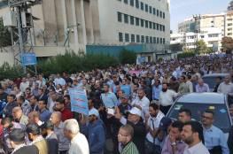 الالاف من موظفي الاونروا يتظاهرون امام مقر الرئاسة في غزة