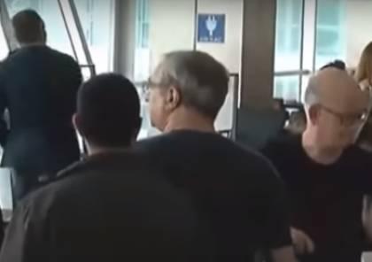 خلع حذائه ومعطفه .. فيديو: تركيا تذل و تهين السفير الإسرائيلي لديها