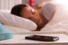 مركز أميركي يرصد مخاطر النوم قرب الهاتف