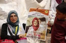 بسترة ابنتها.. صور : والدة الشهيدة رزان تكمل مشوارها وتشارك باسعاف الجرحى