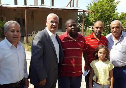 عريقات على رأس وفد فتحاوي يزور عائلات الاسرى في محافظة اريحا