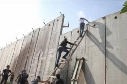 فلسطينيّون يعبّدون طريقًا إلى القدس خلال شهر رمضان تمرّ عبر تسلّق الجدار الفاصل