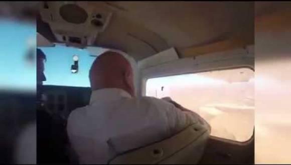 ماذا حدث لرجل فتح نافذة طائرة لالتقاط صورة