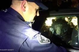 دب بري يحتجز نفسه داخل سيارة