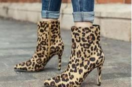 أحذية الخريف تزدان بمظهر جلد التمساح