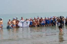 شاهد الصور: تطبيع في البحر الميت بمشاركة سباحات وسباحين فلسطينيون