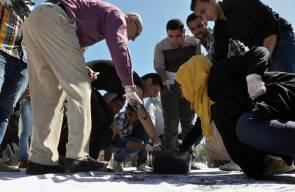 شبان من غزة يرسمون علما لفلسطين بالبصمات