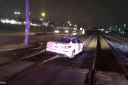 """امرأة تقود سيارتها على سكة القطار.. وتتهم الـ""""GPS""""!"""