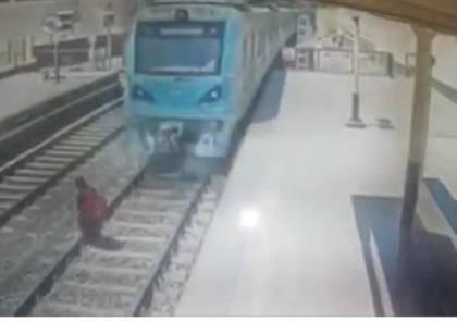 فيديو صادم.. فتاة تلقي بنفسها تحت عجلات القطار بمصر!