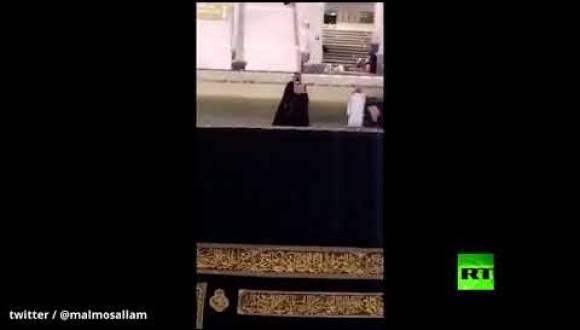 ولي العهد محمد بن سلمان على سطح الكعبة المشرفة