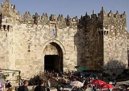 القدس: الاحتلال الاسرائيلي يغلق باب العامود بالحواجز الحديدية