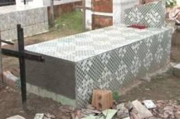 شاهِد :سيدة تحاول الخروج من قبرها بعد 11 يوماً من وفاتها!