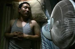 خبير بريطاني يحذر من النوم أمام المروحة