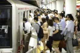 فيديو: شاهد كيف يركب اليابانيون القطارات في ساعة الذروة