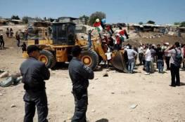 جرافات الاحتلال تعود للعمل في محيط الخان الأحمر والاحتلال يحاصر القرية