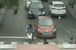 """فيديو لا يصدق.. نجاة طفلة بـ""""أعجوبة"""" من دهس سيارتين لها"""
