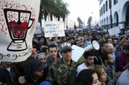 """مظاهرات حاشدة بالمغرب احتجاجا على """"طحن"""" بائع السمك"""