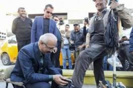 صور: وزير تركي يلمّع حذاء مواطن!.. وهذا السبب!