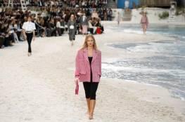 شانيل تحول قاعة إلى شاطئ خلاب في أسبوع باريس للموضة